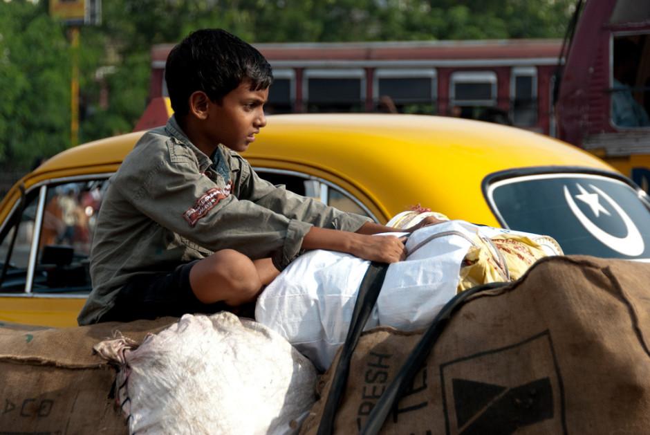 Un enfant sur le toit d'une voiture à Calcutta - © Damien Roué