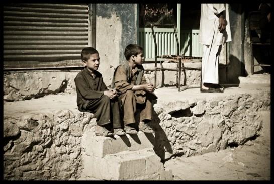 enfants attendant devant les épiceries