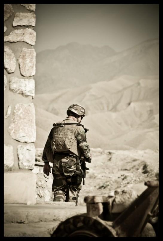 Un gendarme au cours de sa surveillance de zone.