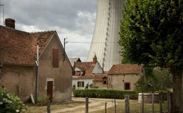 remier plan : le hameaux Les Guérets. Arrière plan : tours de refroidissement de la centrale de Dampierre-en-Burly / Micha Patault