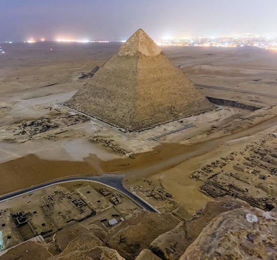 Des photographes russes grimpent illégalement en haut de la Pyramide de Khéops pour immortaliser la vue
