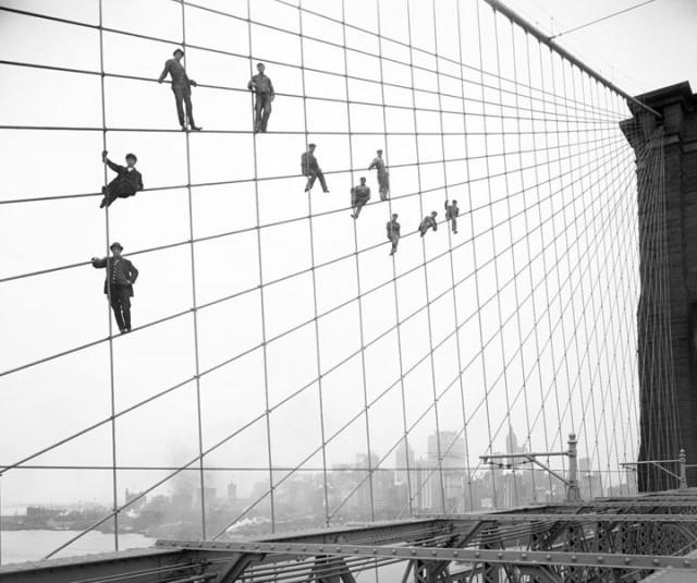 Peintres suspendus sur Brooklyn Bridge