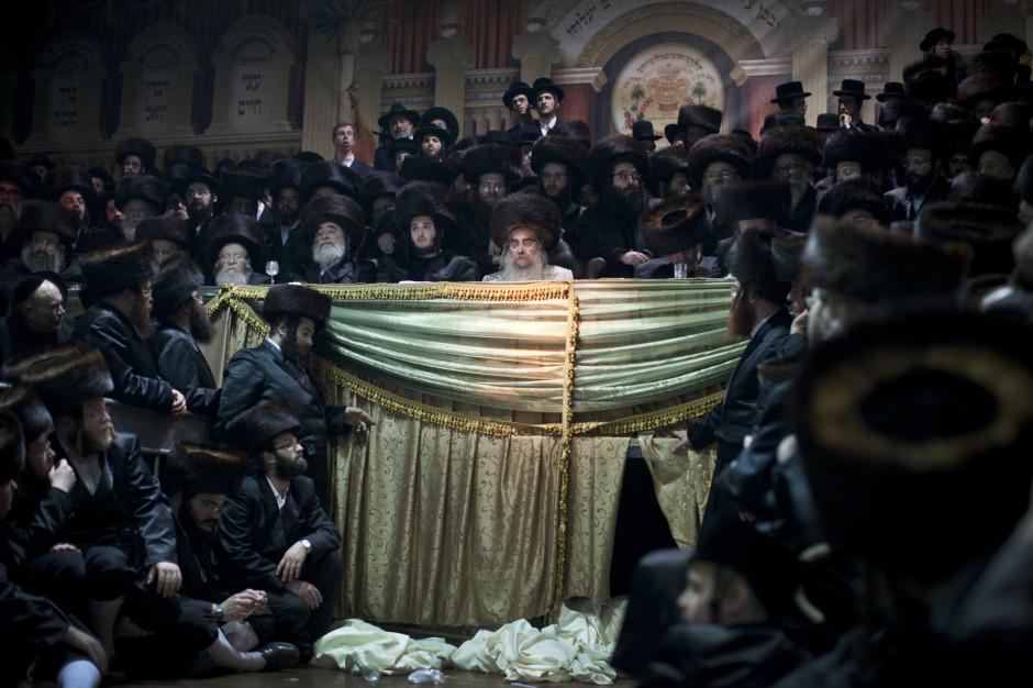 Des juifs ultra orthodoxes réunis pour un mariage juif traditionnel à Petah Tikva près de Tel Aviv, Israel - © AP Photo - Oded Balilty