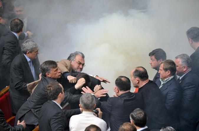 Députés du parlement ukrainien se battant - © Sergei Supinsky/AFP/Getty Images