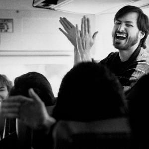 Steve Jobs plein d'énergie avec son équipe - © Doug Menuez