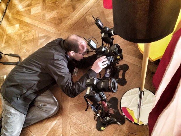 Saul Loeb ajuste ses appareils télécommandés avant une conférence de presse conjointe Obama-Merkel à la Maison-Blanche, le 9 février 2015 (photo: Ken Cedeno)