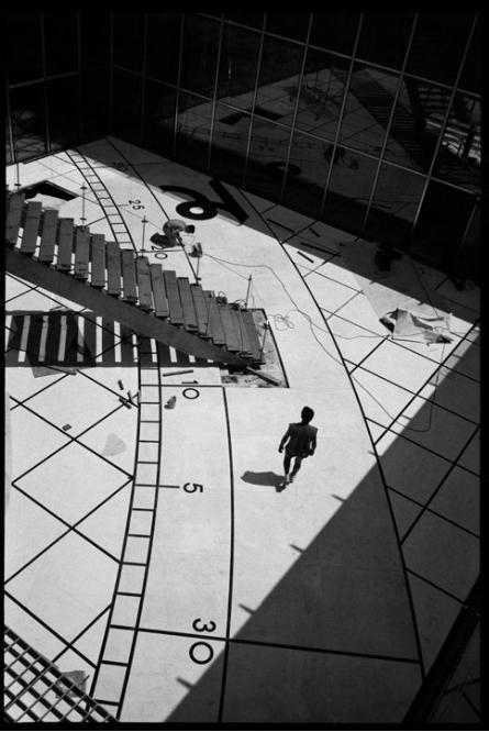 Grande Arche de la défense, 1989 - © Martine Franck / Magnum Photos