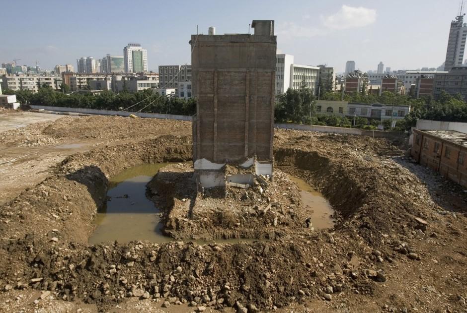 © Reuters - une maison à Kunming où le propriétaire, malgré l'absence d'eau et d'électricité refuse de partir  à cause d'une compensation trop faible