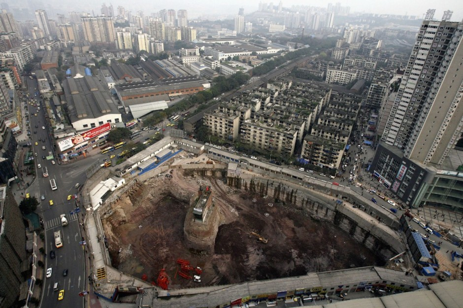 © China Photos/Getty Images - un bâtiment sur un petit îlot de terre en plein milieu d'un chantier à Chongqing Municipality