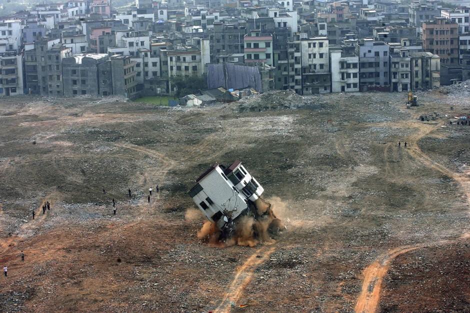 © Joe Tan/Reuters - Après avoir perdu un procès, le propriétaire de cette maison voit sa maison être démolie pour laisser place à un projet immobilier
