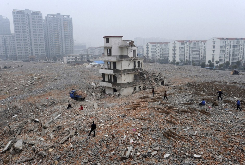 © Reuters - une maison à moitié démolie