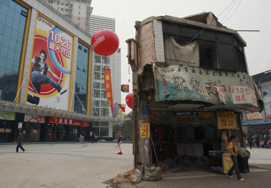 © Reuters - une petite maison devant un centre commercial à Changsha