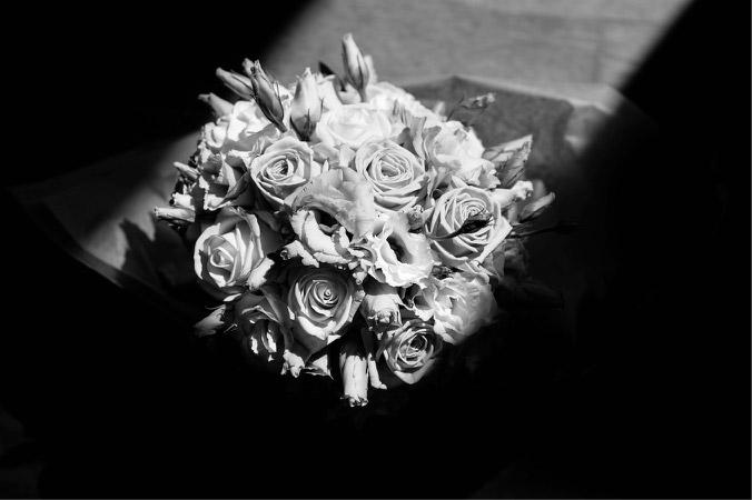 """La lumière dessinée par la fenêtre offrait un """"cadre"""" parfait pour mettre en relief ce bouquet de mariée."""