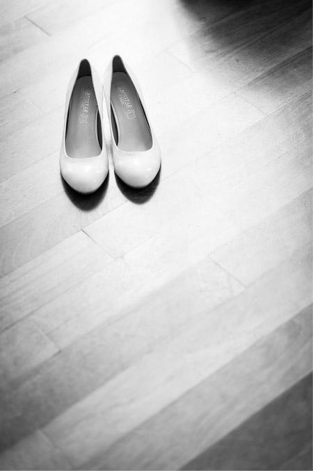Lors des préparatifs d'un mariage, je fais toujours une photo des chaussures de la mariée. J'ai voulu conserver la simplicité de ces ballerines dans la composition, et j'ai choisi d'utiliser leur propre ombre et le reflet de la lumière sur le parquet pour donner de la matière à la photo.