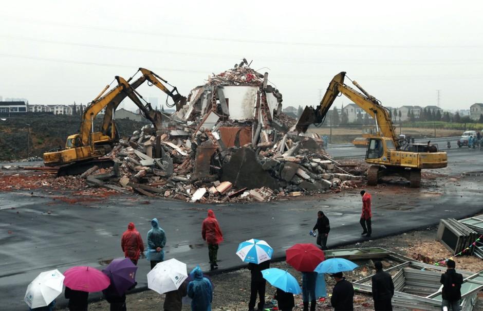 © AFP/Getty Images - la même maison finalement démolie après que le propriétaire ai accepté une compensation de 40 000$ après une bataille judiciaire de 4 ans