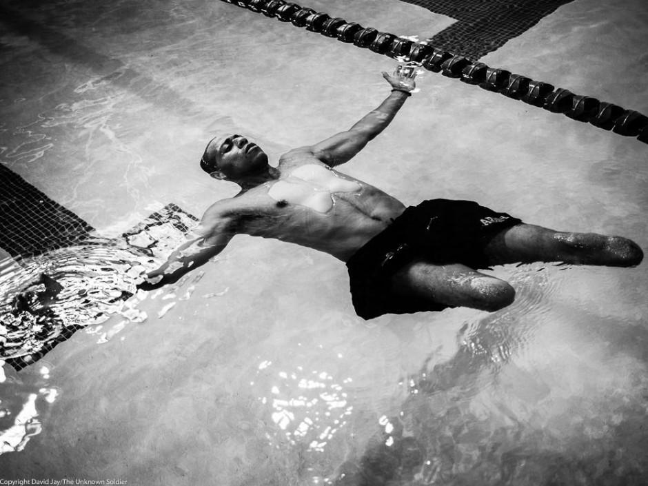 Cedric King a perdu ses deux jambes et une partie de son bras droit en marchant sur une mine en Afghanistan - © David Jay