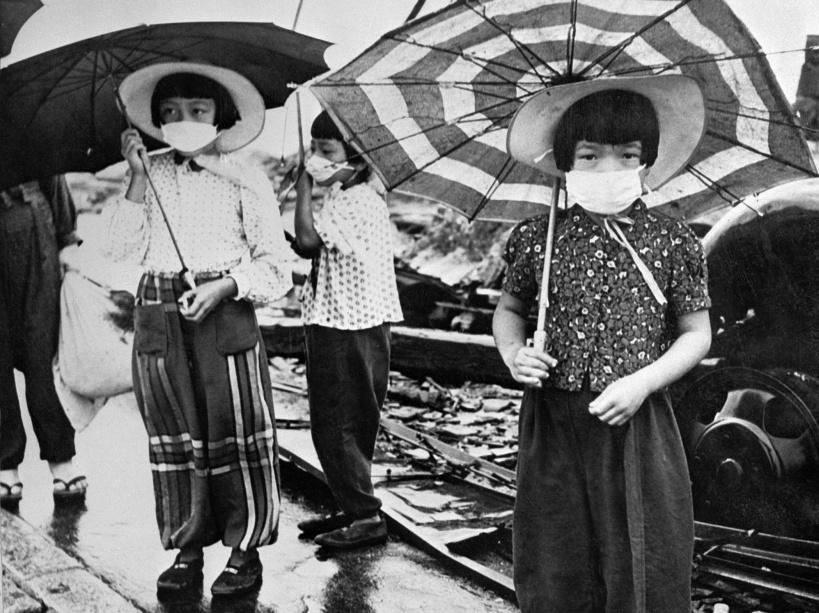 En 1948, des enfants portant des masquent pour se protéger des irradiations - © AFP/STF