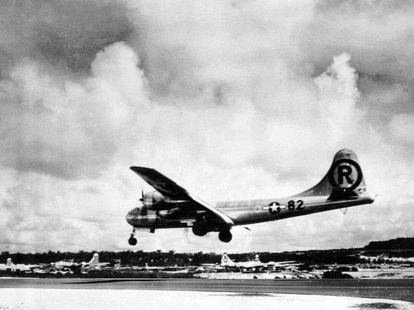 L'avion Enola Gay qui atterit sur la base militaire après le bombardement du 6 août 1945 - © AP/SIPA