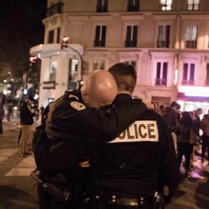 Dimanche 15 novembre, devant le bar la Bonne Bière rue de la Fontaine au roi, les pleurs d'un policier. Des milliers de personnes sont venues ce jour là se recueillir devant les lieux pris pour cible. Benjamin Filarski | hanslucas.com