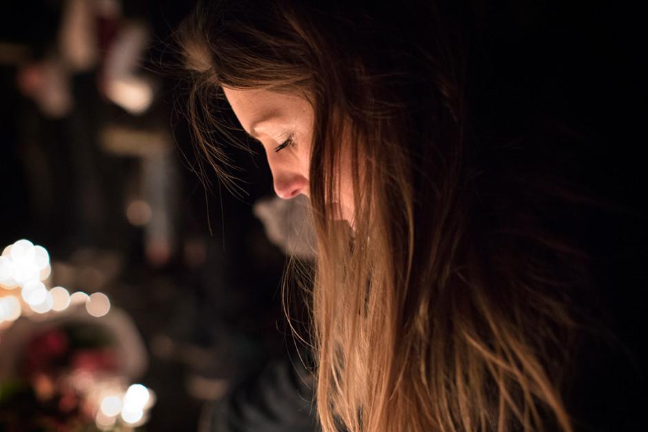 Une jeune femme se recueille, place de le République à Paris, deux jours après les attentats qui ont causé la mort d'au moins 129 personnes. Crédit: Hugo aymar / Haytham Pictures