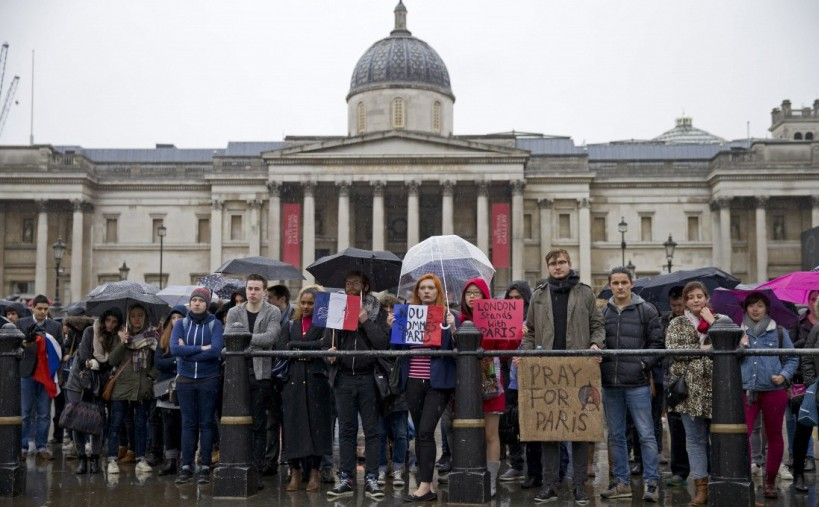 "Des bannières ""Nous Sommes Paris"" et ""Pray for Paris"" devant la National Gallery à Trafalgar Square, Londres - © AFP / Justin Tallis"