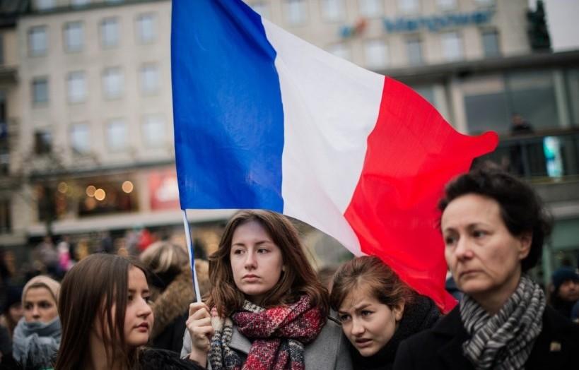 A Stockholm, un rassemblement dans la rue avec un drapeau français - © AFP / Jonathan Nackstrand