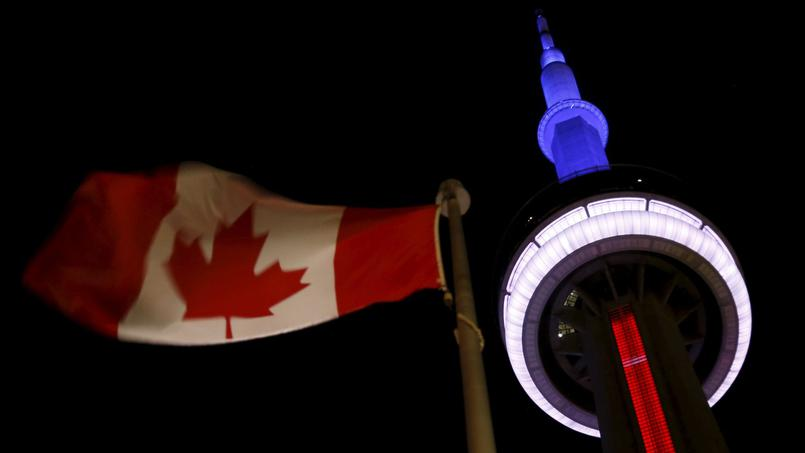 La CN Tower de Toronto revêtant les couleurs de la France - © REUTERS / Chris Helgren