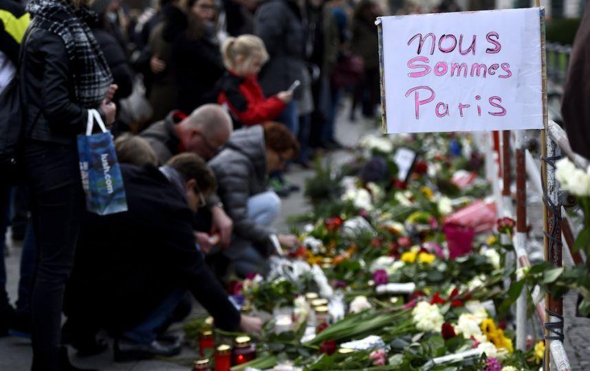 A berlin, devant l'ambassade de France, des fleurs sont déposées en hommage aux victimes - © AFP / Tobias Schwarz
