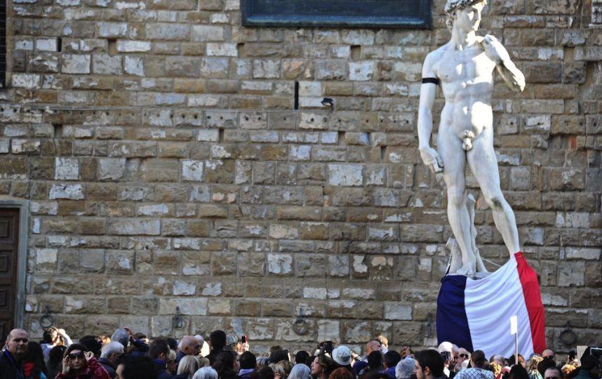 A Florence, la statue de David sculptée par Michelangelo a revêtu un brassard noir et un drapeau français - © AFP