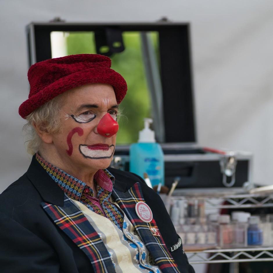 Plan poitrine d'un clown malheureux - © Damien Roué