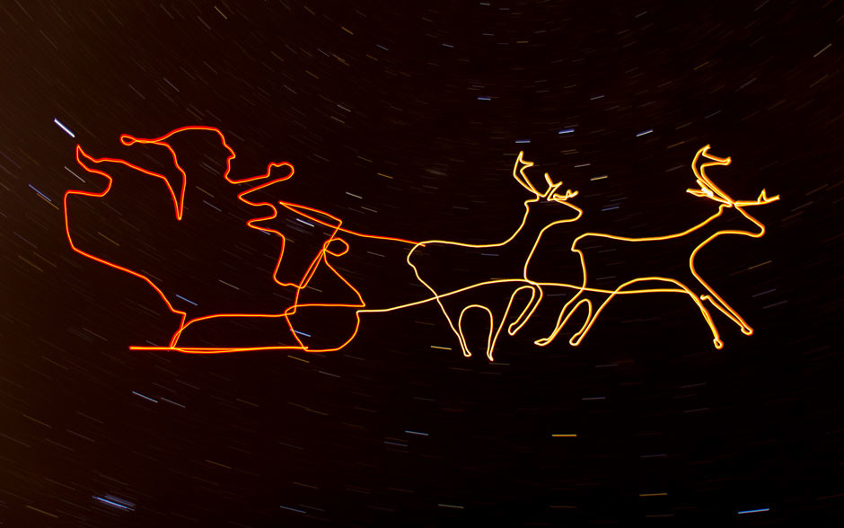 AT_press-images_Drone-Light-Painting-by-Ascending-Technologies_Santa-Claus-Reindeer-Sleigh