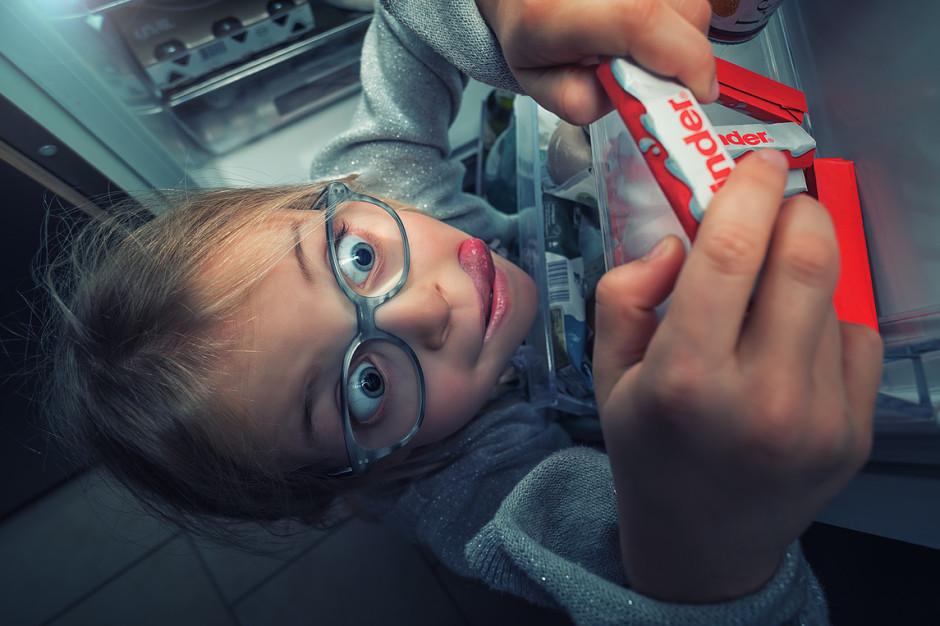 """""""Irrésistible chocolat Kinder"""" - Image réalisée par John avec l'un de ses filles, comme souvent, très humoristique !"""