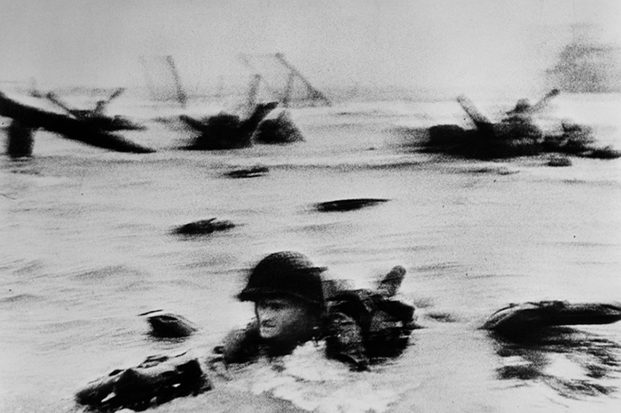 La première vague de troupes américaine débarque. Omaha Beach, Normandie, 6 juin 1944. © Robert Capa - International Center of Photography/Magnum Photos