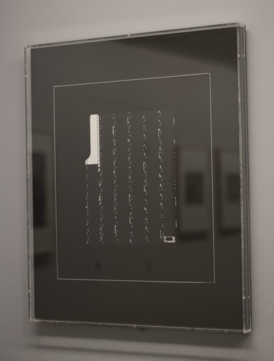 """""""Fin des vérifications"""", 1972, Ugo Mulas, et les reflets de ses autres photographies exposées à la Fondation Cartier-Bresson. Crédits : Megane De Amorim"""