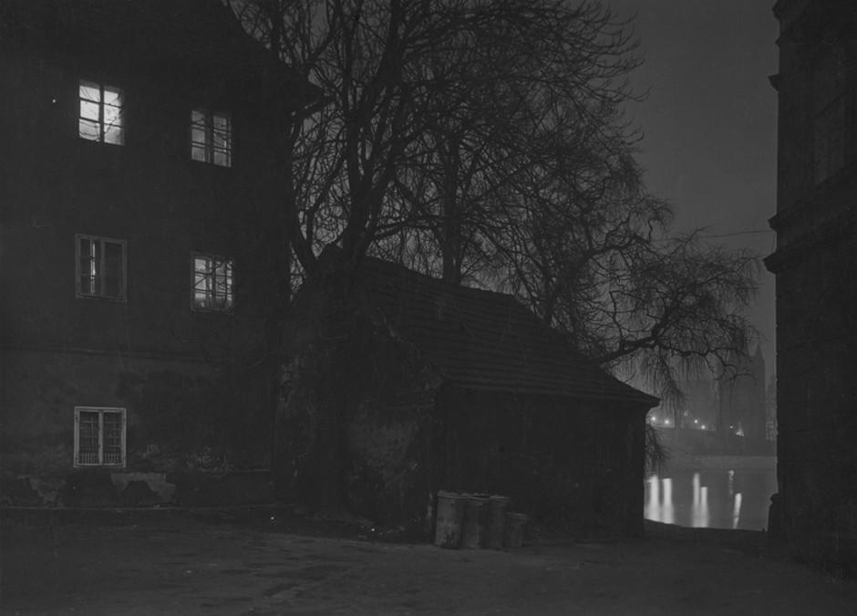 Prague pendant la nuit vers 1950 Crédits : Josef Sudek