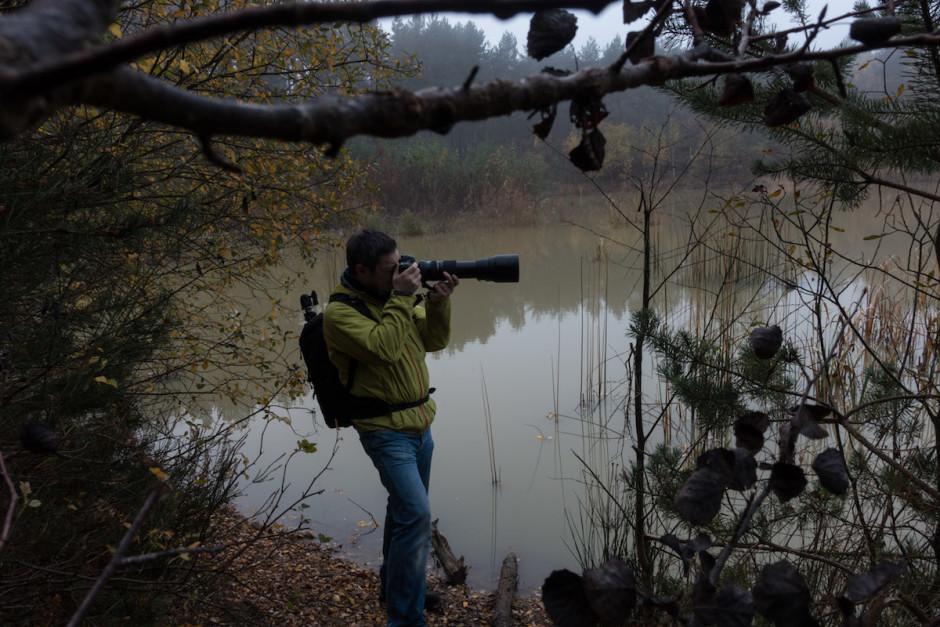 Balade en forêt avec l'appareil et l'objectif à main levée