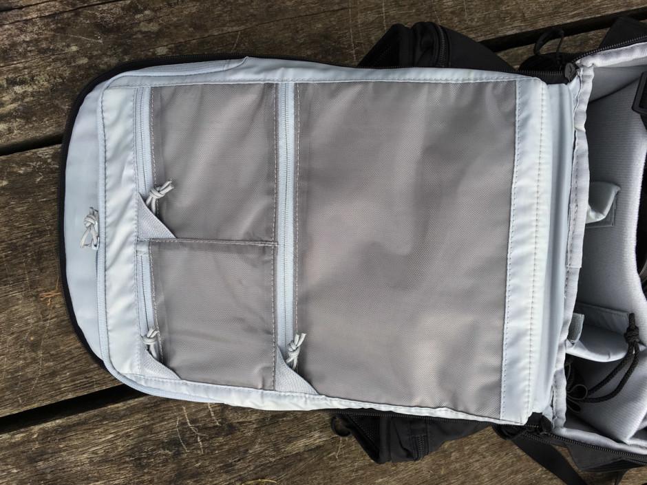 3 poches zippées dans le rabat