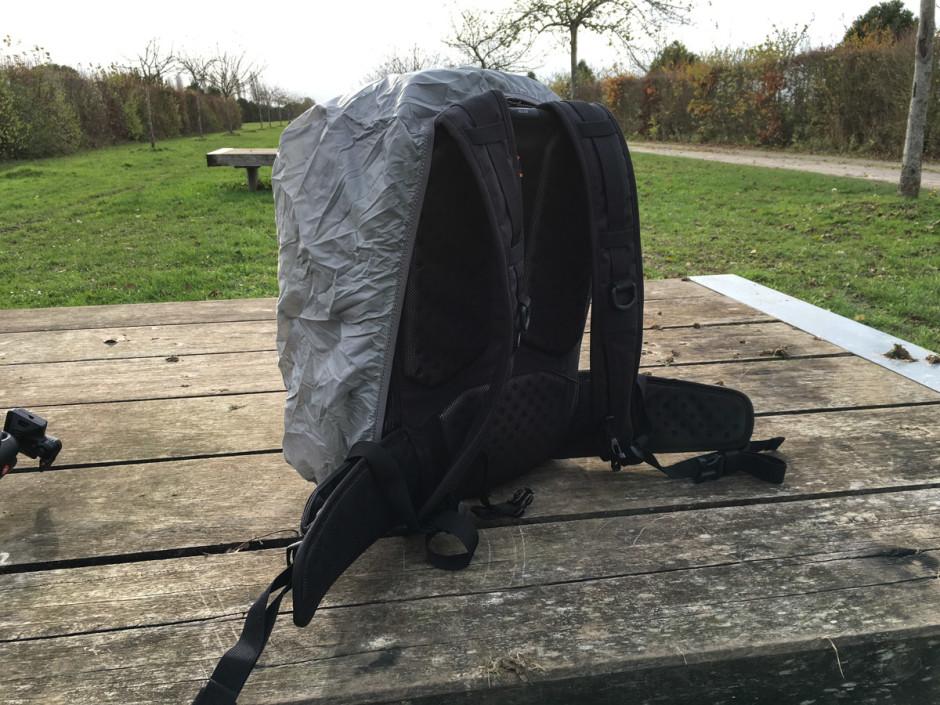 La protection pluie en place, vue de dos