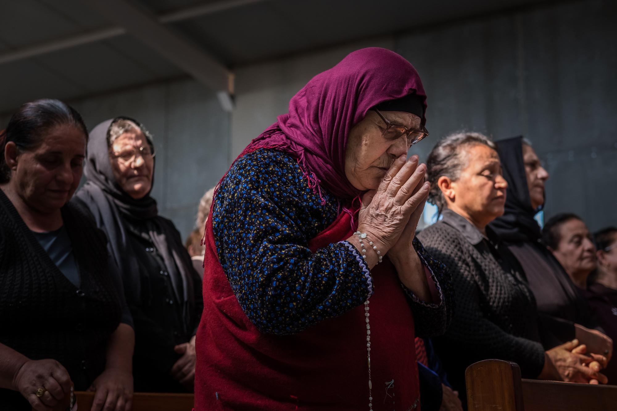 19 avril 2016 : Inauguration et messe de l'église de Mar Shmony - construite pour les chrétiens réfugiés d'Erbil - célébrée par Monseigneur Yohanna Petros MOUCHÉ, archevêque catholique syriaque de Mossoul. Ankawa, Erbil, Kurdistan irakien, Irak - © Jean-Matthieu Gautier - X-Pro 2 - XF 35mm f/2 WR à f/2.8 - 1/680 - ISO 400
