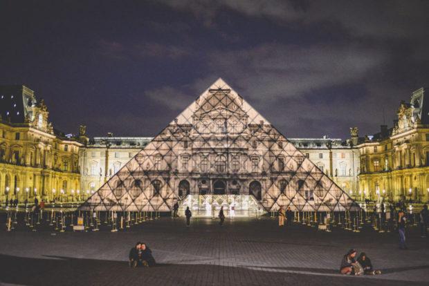 La pyramide du louvre dispara t gr ce l 39 artiste jr et une image d 39 a - Inauguration pyramide du louvre ...