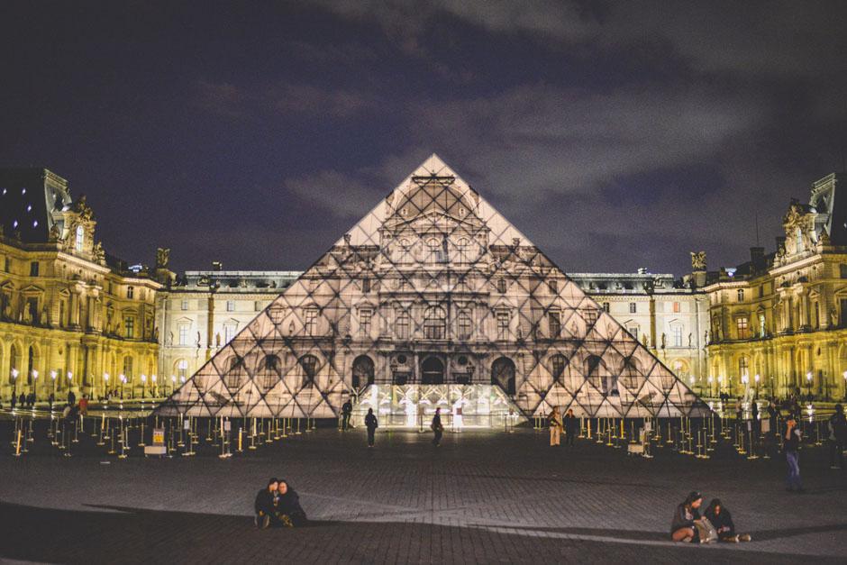 La pyramide du louvre dispara t gr ce l 39 artiste jr et une image d 39 a - Inauguration pyramide louvre ...