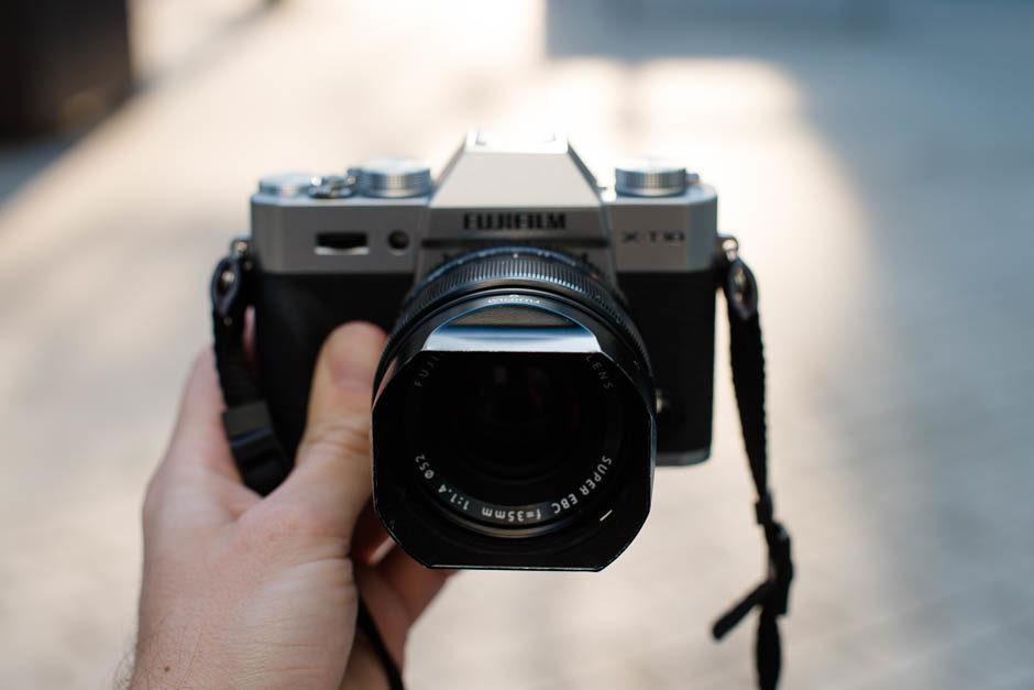 Le 35mm f/1.4 R équipé de son pare-soleil