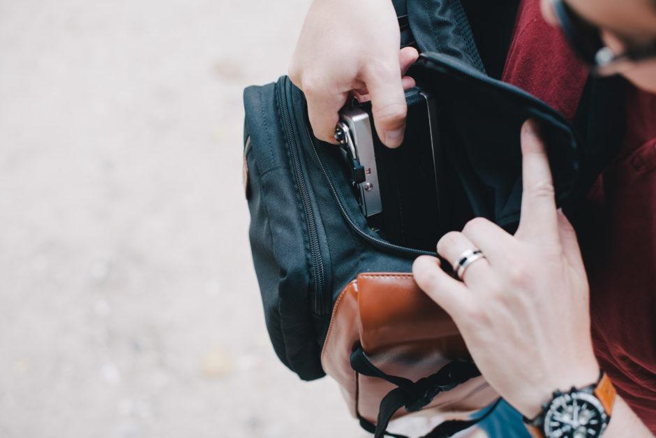 Un Canonet 28 est parfaitement adapté à la taille de l'accès latéral. Les boitiers hybrides seront à l'aise dans ce sac