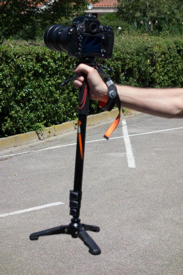 Bonus photo floue : replié et avec les pieds ouverts, ce monopode peut servir de glidecam maison (stabilisateur) pour dépanner