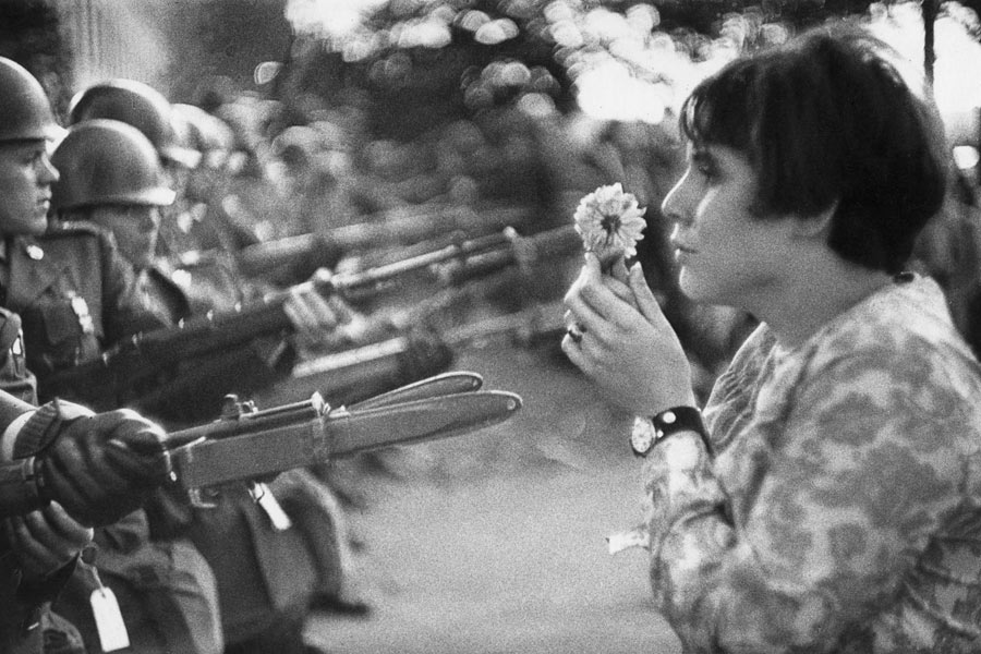 © Marc Riboud, La fille à la fleur