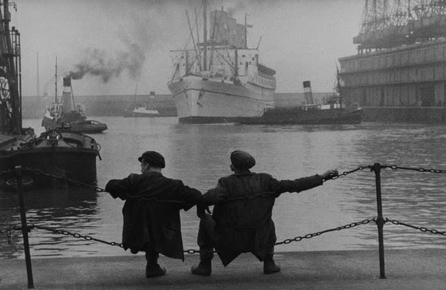 © Dockers. Liverpool (Angleterre), 1955. Photographie de Jean Marquis (né en 1926).