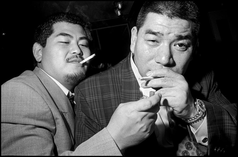 Des yakusas fument des cigarettes– © Bruce Gilden