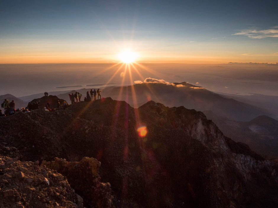 Photo prise au lever du soleil en haut d'une montagne en Indonésie. Pour être sur d'avoir une vitesse suffisamment rapide (1/60s et j'étais à 12mm sur un capteur Micro 4/3) j'ai augmenté les ISO à 1000.