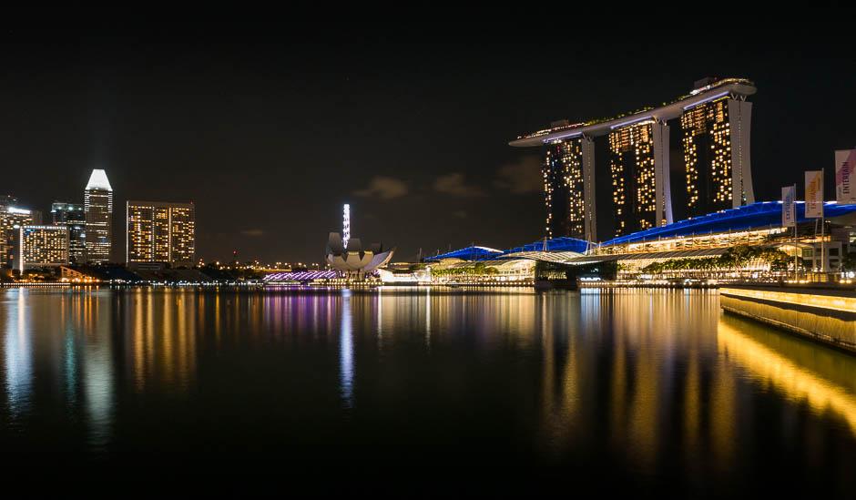Photo réalisée avec un Lumix GX8 à Singapour cet été. N'ayant pas de trépied, j'ai posé l'appareil photo sur une rembarde (un peu bancale...) et j'ai stabilisé l'appareil pour réaliser cette pose longue de 25 secondes. Le résultat est net.