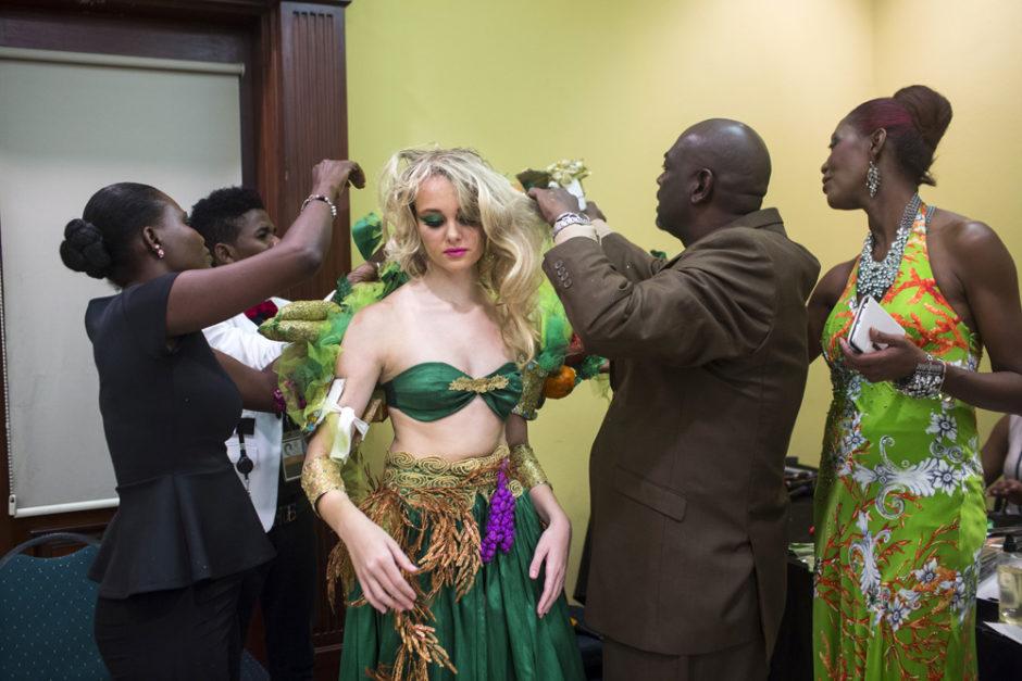 © Corentin Fohlen/ Divergence. Port-au-Prince, Haiti. 5 novembre 2015. Defile de haute couture a l'occasion de la Haiti Fashion Week
